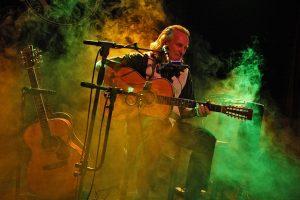 gitarrenspieler auf der bühne