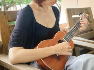 frau spielt auf gestimmter ukulele